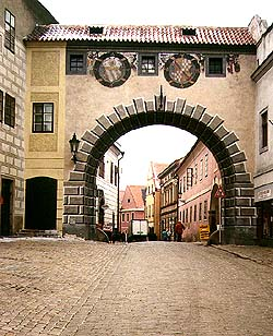 Covered connecting corridor above Latrán Street, section between Castle no.  56 and Latrán no.  50, Minorite monastery, view from the town Český Krumlov, foto: Ladislav Pouzar
