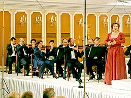 Eva Urbanová  during the concert in Riding  school at the castle in Český Krumlov, International Music Festival, 4. 8. 2001, foto: Lubor Mrázek